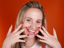 Mujer joven con los dedos sobre su cara Foto de archivo