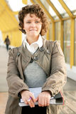 Mujer joven con los documentos Foto de archivo libre de regalías