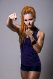Mujer joven con los dreadlocks en postura que lucha Foto de archivo