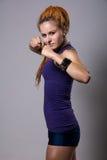 Mujer joven con los dreadlocks en postura que lucha Fotos de archivo