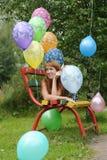 Mujer joven con los globos coloridos del látex Imagen de archivo