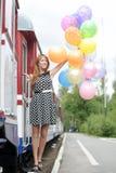 Mujer joven con los globos coloridos del látex Fotografía de archivo libre de regalías