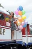Mujer joven con los globos coloridos del látex Foto de archivo libre de regalías