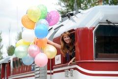 Mujer joven con los globos coloridos del látex Imagen de archivo libre de regalías