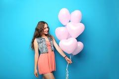 Mujer joven con los globos del corazón Imagen de archivo libre de regalías