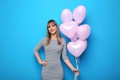 Mujer joven con los globos del corazón Fotografía de archivo libre de regalías