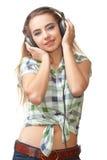 Mujer joven con los headhpones en la pista Imágenes de archivo libres de regalías