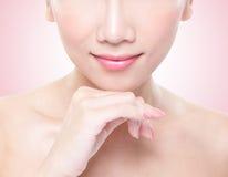 Mujer joven con los labios hermosos Foto de archivo libre de regalías
