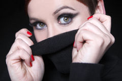 Mujer joven con los labios rojos y el jersey negro Imagen de archivo