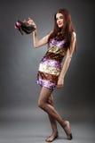 Mujer joven con los nuevos zapatos Fotos de archivo
