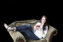 Mujer joven con los ojos azules hermosos que bebe el café Fotografía de archivo libre de regalías