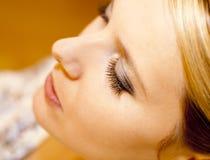 Mujer joven con los ojos cerrados Foto de archivo libre de regalías