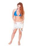 Mujer joven con los pelos largos rojos que presentan en pantalones cortos del bikini y de los vaqueros Foto de archivo libre de regalías