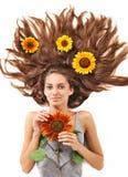 Mujer joven con los pelos y el girasol largos Imagen de archivo libre de regalías