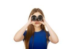 Mujer joven con los prismáticos Foto de archivo