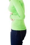 Mujer joven con los problemas del estómago imagen de archivo