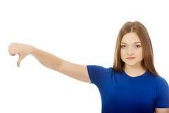 Mujer joven con los pulgares abajo Imágenes de archivo libres de regalías