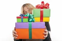 Mujer joven con los regalos. Fotos de archivo