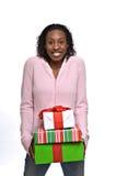 Mujer joven con los regalos de Navidad imagenes de archivo