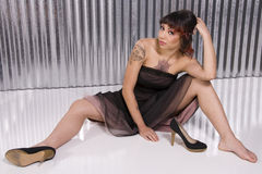 Mujer joven con los tatuajes Fotos de archivo libres de regalías