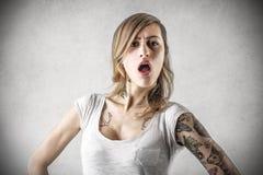 Mujer joven con los tatuajes imagenes de archivo