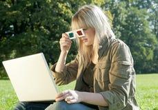 Mujer joven con los vidrios 3D y la computadora portátil Fotos de archivo