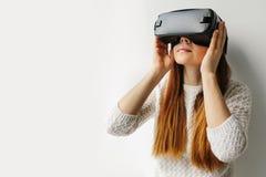 Mujer joven con los vidrios de realidad virtual Concepto futuro de la tecnología Tecnología de la imagen moderna Fotografía de archivo libre de regalías