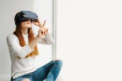 Mujer joven con los vidrios de realidad virtual Concepto futuro de la tecnología Tecnología de la imagen moderna Fotos de archivo