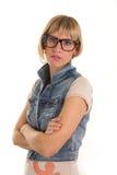 Mujer joven con los vidrios nerdy, cara seria Imagen de archivo