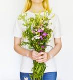 Mujer joven con los Wildflowers imagen de archivo libre de regalías