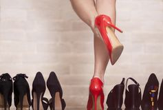 Mujer joven con los zapatos hermosos Imagenes de archivo