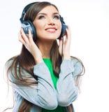Mujer joven con música que escucha de los auriculares Foto de archivo libre de regalías