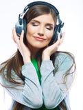 Mujer joven con música que escucha de los auriculares Fotos de archivo