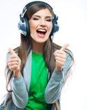 Mujer joven con música que escucha de los auriculares Imagenes de archivo