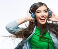 Mujer joven con música que escucha de los auriculares Fotografía de archivo