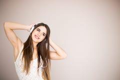 Mujer joven con música que escucha de los auriculares Baile de la muchacha del adolescente de la música contra aislado Fotos de archivo libres de regalías