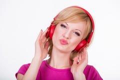 Mujer joven con música que escucha de los auriculares Música Fotos de archivo