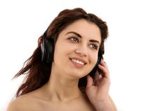 Mujer joven con música que escucha de los auriculares. Muchacha del adolescente de la música Fotografía de archivo