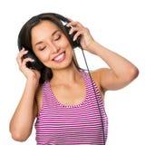 Mujer joven con música que escucha de los auriculares Muchacha del adolescente de la música Imagenes de archivo