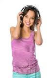 Mujer joven con música que escucha de los auriculares Muchacha del adolescente de la música Fotos de archivo