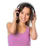 Mujer joven con música que escucha de los auriculares Muchacha del adolescente de la música Imagen de archivo