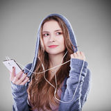 Mujer joven con música que escucha del teléfono elegante Fotografía de archivo libre de regalías