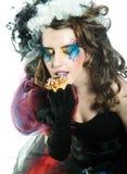 Mujer joven con maquillaje creativo con la torta. Foto de archivo
