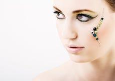 Mujer joven con maquillaje creativo verde Imagen de archivo libre de regalías