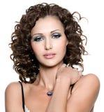 Mujer joven con maquillaje de la manera y hai rizado Imagenes de archivo
