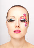 Mujer joven con maquillaje de la moda usando las pestañas falsas Foto de archivo libre de regalías