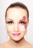 Mujer joven con maquillaje de la moda usando las pestañas falsas Imagen de archivo libre de regalías