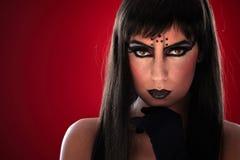 Mujer joven con maquillaje negro Imagen de archivo libre de regalías