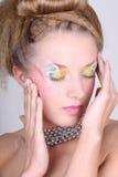 Mujer joven con maquillaje y tocado creativos Fotos de archivo libres de regalías