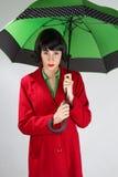 Mujer joven con mbrella verde imagen de archivo libre de regalías